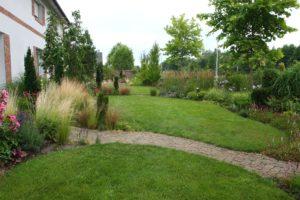 południowa część ogrodu Ani w lipcu - po prawej stronie trzcinniki Karl Foerster